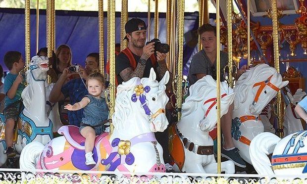 Βικτόρια και Ντέιβιντ Μπέκαμ: Στη Disneyland με τα παιδιά! (φωτογραφίες)