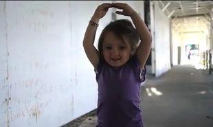 Η εμμονή ενός κοριτσιού δύο ετών με τον χορό! (βίντεο)