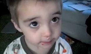 Προσπαθεί να πείσει την μαμά του ότι δεν έφαγε τις τρούφες … (βίντεο)