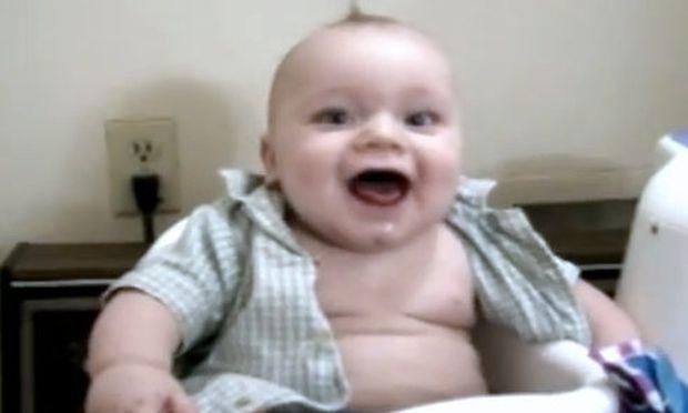 Τι κάνει ευτυχισμένο αυτό το αγοράκι; (βίντεο)