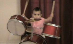 Ταλεντάκι στα ντραμς από 12 μηνών! (βίντεο)