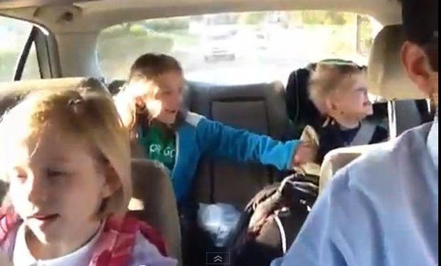 Μπαμπάς και παιδιά λένε κάθε μέρα το ίδιο τραγούδι στον δρόμο για το σχολείο! (βίντεο)
