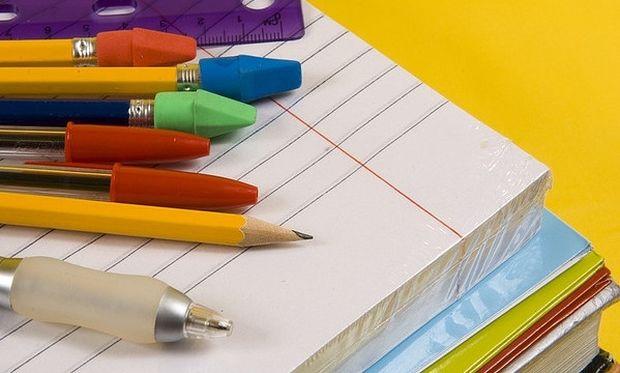 Το υπουργείο παιδείας απαγόρεψε να δίνουν λίστα γραφικής ύλης στα σχολεία!