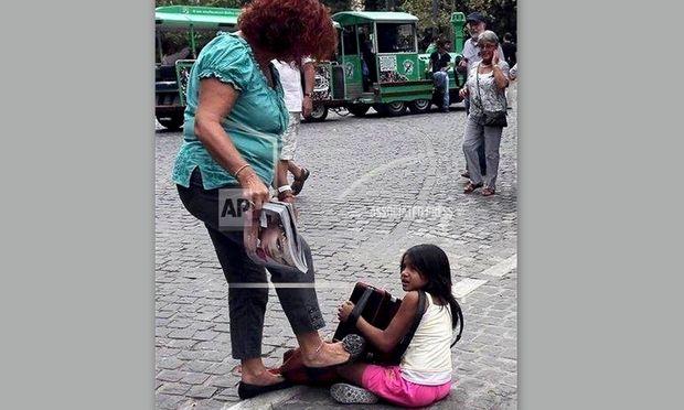 H σοκαριστική φωτογραφία που κάνει τον γύρο του διαδικτύου! Γυναίκα κλωτσά μία πεντάχρονη ρομά!
