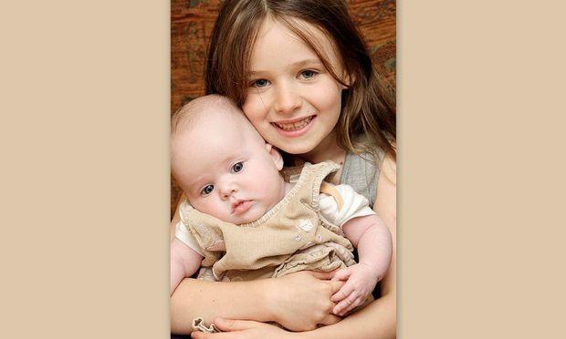 Τρυφερό! Κοριτσάκι 6 ετών βοηθά την μητέρα του να γεννήσει