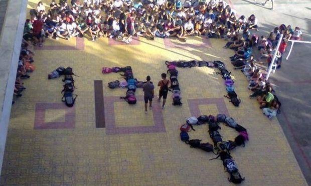 Μαθητές σχημάτισαν στη μνήμη του Παύλου Φύσσα, τα αρχικά του με τις σχολικές τους τσάντες
