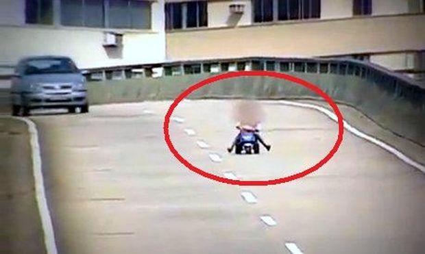 8χρονος σώθηκε από θαύμα καθώς κινούνταν σε αυτοκινητόδρομο ταχείας κυκλοφορίας (βίντεο)