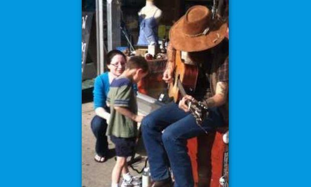 Η απίστευτη έκπληξη ενός αυτιστικού παιδιού όταν ακούει τους ήχους μιας κιθάρας!