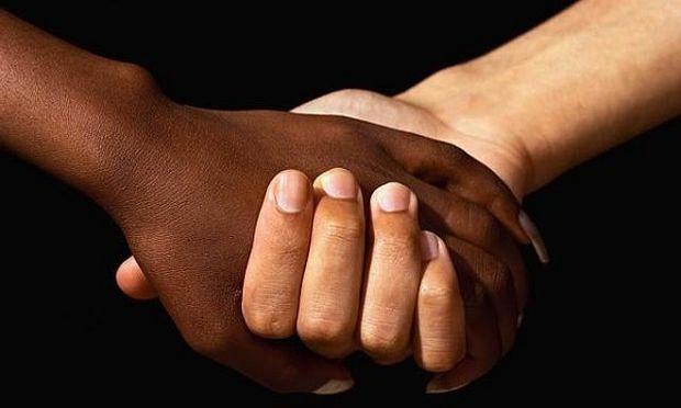 Η μοναδική ιστορία μιας γυναίκας που υιοθέτησε τρία παιδιά που άλλοι δεν τα ήθελαν λόγω του χρώματός τους