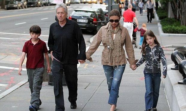 Μάικλ Ντάγκλας: «Δεν ξανασμίξαμε μόνο για τα παιδιά μας»