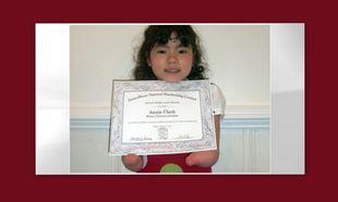 Βραβείο καλλιγραφίας για κοριτσάκι που γεννήθηκε χωρίς χέρια!