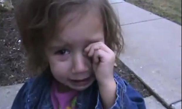 Κλαίει γιατί τη δάγκωσε σκυλάκι! Αλλά τι σκυλάκι; (βίντεο)