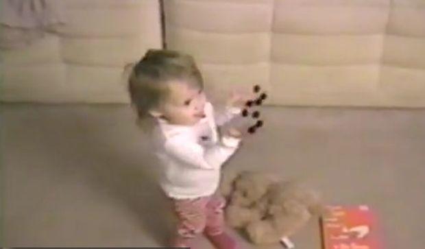 Τι έχει αυτό το κοριτσάκι στα χέρια του; (βίντεο)