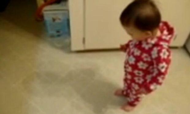 Δείτε πώς αντιδρά ένα κοριτσάκι όταν συναντά για πρώτη φορά τη… σκιά του! (βίντεο)