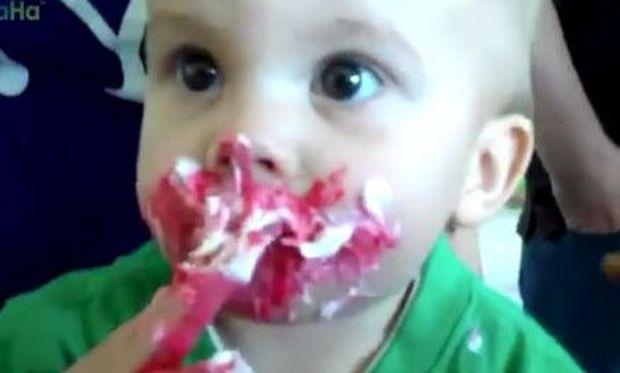 Όταν τα μωρά δεν μπορούν να αντισταθούν στην τούρτα γενεθλίων τους! (βίντεο)