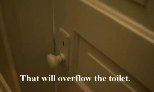 «Αχ, γιατί έφαγα τόσο πολύ»! Η ξεκαρδιστική «εξομολόγηση» ενός πιτσιρικά μέσα από την τουαλέτα! (βίντεο)