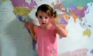 2 χρονών κοριτσάκι ξέρει την παγκόσμια γεωγραφία απ' έξω και ανακατωτά! (Βίντεο)