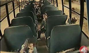 Το σχολικό του τρόμου, η μεθυσμένη οδηγός και τα φοβισμένα παιδιά (βίντεο)