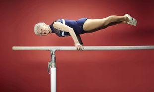 Είναι 88 ετών, μητέρα τριών παιδιών και αθλήτρια της ενόργανης! (βίντεο)
