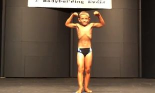 Eνας μποντιμπίλντερ ετών 8! (βίντεο)