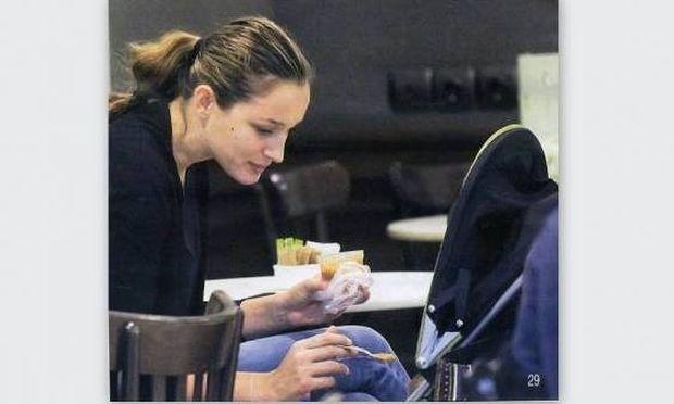 Η Κάτια ταΐζει την οχτώ μηνών κόρη της