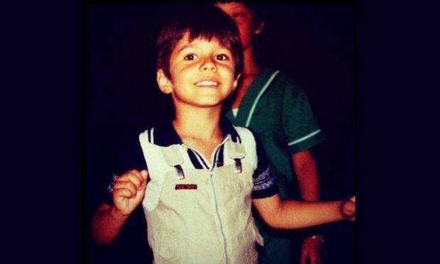 Όταν ήταν έξι ετών είπε στους δικούς του: «Όταν μεγαλώσω θα γίνω τραγουδιστής»! Τον αναγνωρίσατε;