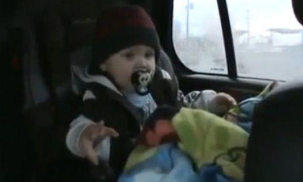 Κοιμάται και… «ροκάρει»! (βίντεο)