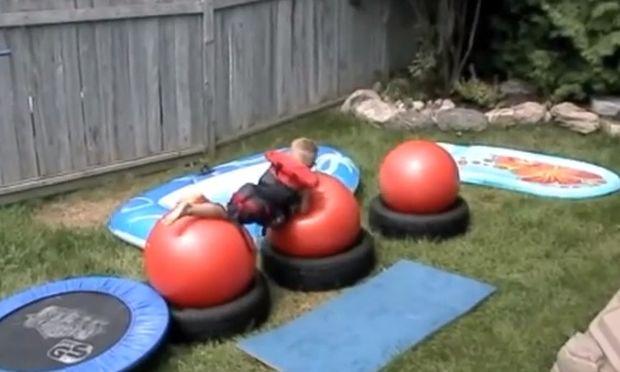 Ενας τρελός μπαμπάς! Εφτιαξε στην αυλή του σπιτιού το Wipe Out για τα παιδιά του! (βίντεο)