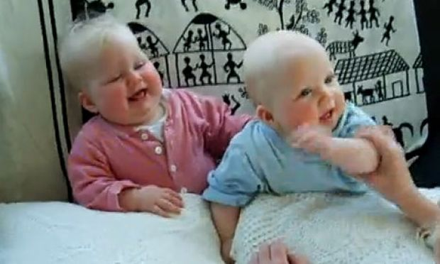 Όταν το μωρό ξεκαρδίζεται στα.. γέλια! (βίντεο)