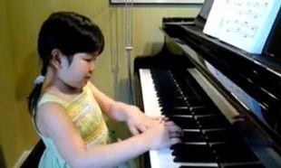 Μια πιανίστρια ετών… πέντε! (βίντεο)