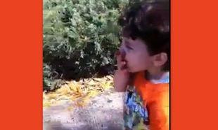 Μιμείται τον καπνιστή πατέρα του! (βίντεο)