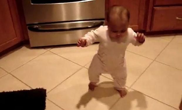 Είναι 7 ½ μηνών και περπατά! (βίντεο)
