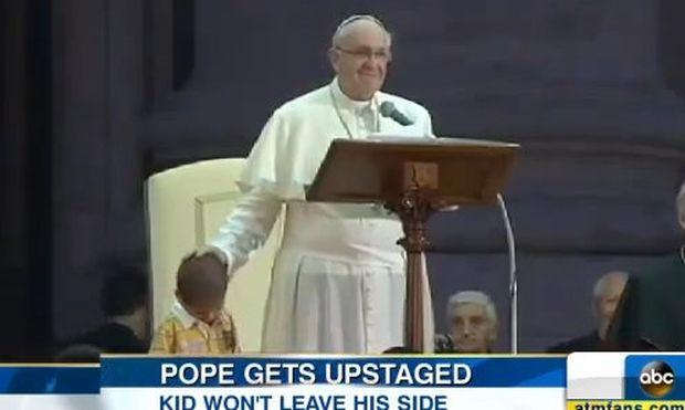 Ο μικρούλης που αγκάλιασε τον Πάπα μπροστά σε χιλιάδες κόσμο! (βίντεο)