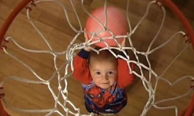Ο μικρός μπασκετμπολίστας Τάιτους ξαναχτυπά! Δείτε τον πιτσιρικά να βάζει απίστευτα καλάθια!