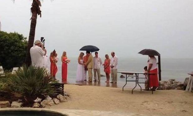 Ενας κεραυνός εμπόδιο στο γάμο τους! (βίντεο)