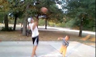 Ο μεγάλος μου αδερφός είναι κακός! Δε μ' αφήνει να παίξω μπασκετάκι! (βίντεο)