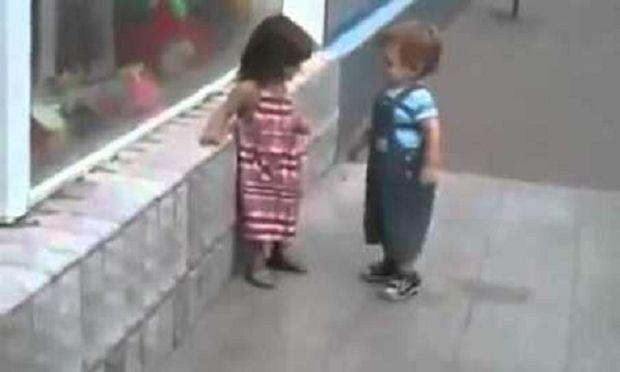 Τι κάνει ένα κοριτσάκι όταν ένα αγοράκι το «φλερτάρει»; Δείτε το ξεκαρδιστικό βίντεο!