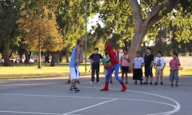 Και ο Σπάιντερμαν έχει δικαίωμα να παίξει λίγο μπάσκετ! (βίντεο)