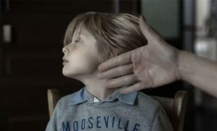 Συγκλονιστικό βίντεο: Πώς μετακινείται το πρόσωπο ενός μικρού παιδιού από ένα χαστούκι