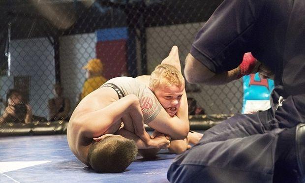 Πάλη παιδιών μέσα σε κλουβιά. Οι φωτογραφίες που συγκλονίζουν