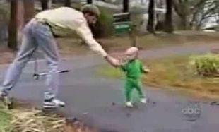 Μωρά που «τρώνε» τούμπες! Το πιο αστείο βίντεο που έχετε δει ποτέ!