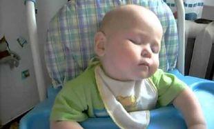 Δείτε τι κάνει ένα μωρό όταν η μαμά το ταΐζει κρέμα! (βίντεο)