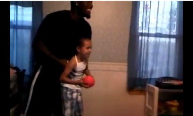 Το πιο εντυπωσιακό κάρφωμα στο μπάσκετ που θα μπορούσε να κάνει ένα παιδί (βίντεο)