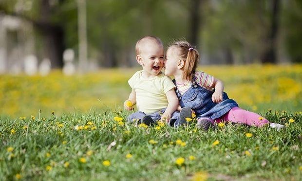 Θάνος Ασκητής: Tι κάνουμε αν δούμε το παιδί μας να φιλάει ένα άλλο παιδί του ίδιου φύλου στο στόμα