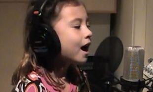 Η 7χρονη με τη «θεία» φωνή τραγουδάει για τη μητέρα που έχασε-Δείτε το συγκινητικό βίντεο