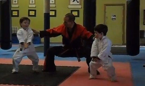 Αυτή η προπόνηση καράτε είναι χαριτωμένη και ευθύνονται δύο αγοράκια! (βίντεο)