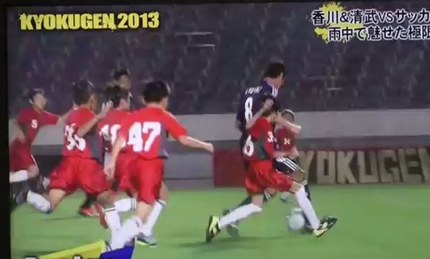 Ο ποδοσφαιρικός αγώνας 55 παιδιών εναντίον δυο γνωστών ποδοσφαιριστών. Μαντέψτε ποιος έχασε! (βίντεο)