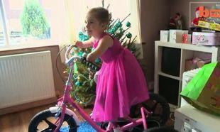 Το γενναίο 5χρονο κοριτσάκι χωρίς άκρα, έχει πια το δικό του ποδήλατο! (βίντεο)