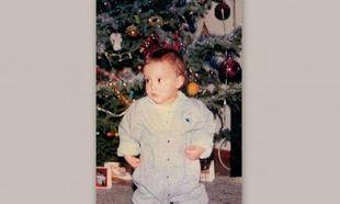 Ποιο πανέμορφο μωράκι ποζάρει κάτω από το δέντρο;