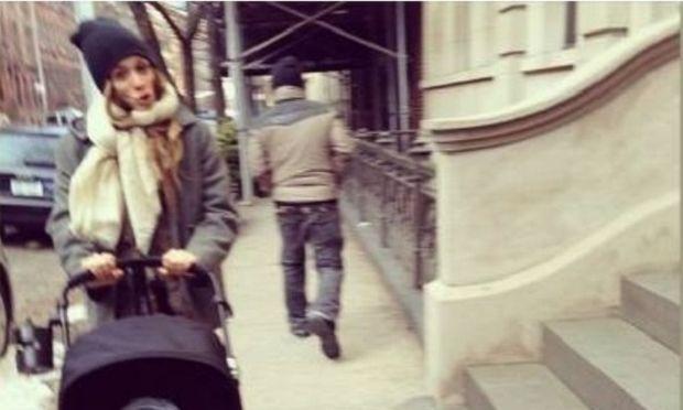 Η Σοφία Καρβέλα βόλτα με τον γιο της στην παγωμένη Νέα Υόρκη! (εικόνα)